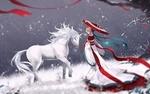 Обои Девушка в длинном кимоно стоит с зонтом в руках около белой лошади на фоне падающего снега