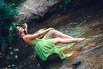 Обои Модель Helen Molchanova в зелоном платье и венке сидит у ручья