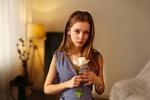 Обои Модель Лиза позирует в комнате с цветком, фотограф Иван Лосев