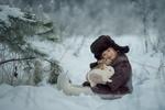 Обои Девочка с кроликами на руках сидит на снегу, фотограф Юлия Кубар