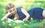 Обои Kery Rut Garcia читает книгу лежа на траве