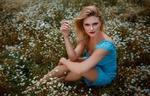 Обои Модель Carla Sonre в голубом платье позирует среди цветов, фотограф Damian Piorko