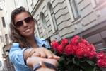Обои Девушка с большим букетом роз