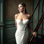Обои Актриса София Вергара в белом платье стоит у лестницы