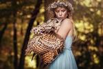 Обои Девушка с венком на голове держит в руках сову