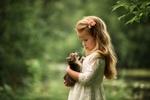 Обои Девочка стоит на природе и держит на руках мяукающего котенка, фотограф Юлия Кубар