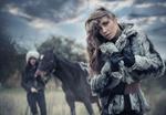 Обои Девушка в шубе на фоне лошади