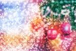 Обои Два розовых шара висят на еловой ветке на разноцветном фоне бликов