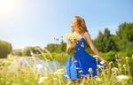 Обои Девушка с ромашками в руке в голубом платье на лужайке у озера, фотограф Anton Maltsеv