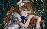 Обои Грустная Aliсе / Алиса сидит облокотившись на стул на фоне зарослей плюща из сказки Alice in Wonderland / Алиса в стране чудес