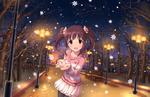 Обои Тиэри Огата / Ogata Chieri из аниме Идолмастер: Девушки-Золушки / Idolmaster / THE iDOLM@STER: Cinderella Girls ловит снежинки ладошками в вечернем парке