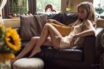 Обои Девушка позирует сидя на диване, фотограф Jack Russell
