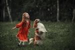 Обои Девочка со своей собакой породы спаниель стоят и смотрят на мыльные пузыри. Фотограф Кубар Юлия