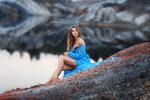 Обои Девушка в голубом платье сидит на фоне водоема. Фотограф Бармина Анастасия