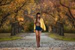 Обои Модель Ксения идет по дороге с осенними листьями. Фотограф Бармина Анастасия
