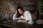 Обои Модель София сидит за столом. Фотограф Бармина Анастасия