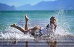 Обои Девушка лежит на мостках в брызгах морской воды, фотограф Giovanni Zacche