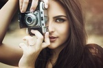 Обои Модель Marina Bermudes с фотоаппаратом. Фотограф Thiagom Bomfim