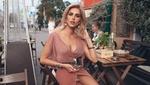 Обои Модель Оксана Стрельцова позирует за столом с бокалом вина, фотограф Roma R
