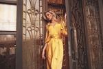 Обои Оксана Стрельцова в желтом платье позирует у декоративной решетки, фотограф Roma R