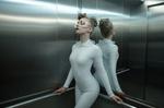 Обои Девушка в очках и белом костюме стоит в лифте