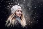Обои Блондинка в шапке позирует на фоне падающего снега, фотограф Sergey Piltnik