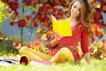 Обои Шатенка в красном платье с тетрадкой сидит на траве