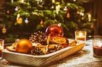 Обои Деревянный поднос, внутри которого лежат засушенные дольки апельсина, шишки, палочки корицы и елочные шары