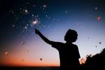 Обои Силуэт девушки, держащий в руке бенгальский огонь, на фоне сумрачного неба с воздушными шарами