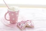 Обои Розовая кружка со взбитыми сливками и печеньки в форме сердечек