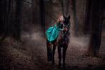 Обои Модель Оксана Бутовская верхом на лошади в весеннем лесу, фотограф Юлия Таратынова