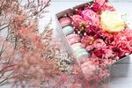 Обои Коробочка с макарунами и розами