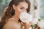 Обои Девушка с букетом белых роз