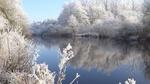 Обои Отражение на поверхности спокойной реки с берегами в заснеженных деревьях, by Rikkerst