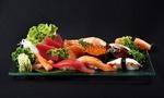 Обои Японская кухня: блюда с ассорти из суши, зелень и красная икра