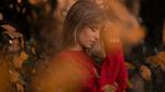 Обои Девушка в красном свитере стоит, держа руки у головы, фотограф David Mas