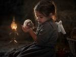 Обои Девочка держит крысу на руках, сидя в сарае, фотограф Елена Миронова