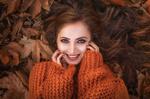 Обои Улыбающаяся девушка на фоне осенних листьев, фотограф Ilona