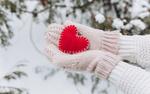 Обои В руках девушки в варежках сердечко на фоне зимней природы