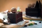 Обои Кусок шоколадного торта на белой салфетке