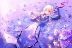 Обои Violet Evergarden / Вайолет Эвергарден лежит а воде среди писем и роз из аниме Violet Evergarden