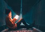Обои Девушка с фонарем в руках сидит на мосту, фотограф Long-Nong Huang