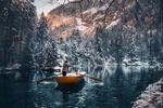 Обои Парень стоит в лодке на озере, фотограф Long-Nong Huang