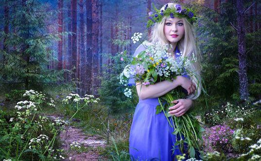 Конкурсная работа Девушка в венке с букетом полевых цветов в лесу