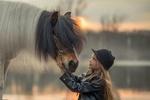 Обои Девочка и лошадь стоят на фоне реки осенним вечером, фотограф Елена Миронова