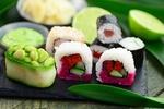 Обои Японская кухня: роллы со свеклой, огурцом и морковью, рядом васаби и лайм на листьях бамбука