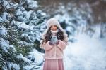 Обои Милая девочка стоит у заснеженных елок. Фотограф Бармина Анастасия