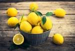 Обои Блюдо с лимонами на деревянном столе