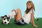 Обои Девушка в футбольной форме позирует