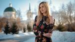Обои Модель Ashley Booth стоит зимой у дороги на фоне храма, фотограф Сергей Жирнов
